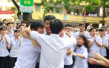 """Thêm 1 chuyện """"Sống tử tế được gì?"""": Thầy Hiệu trưởng chuyển công tác, hàng trăm HS ở Ninh Bình xếp hàng khóc"""