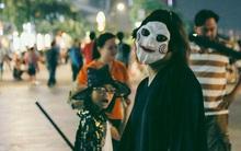 """""""Đầu tư"""" mùa Halloween, nhiều bạn trẻ Sài Gòn hóa trang rùng rợn trêu đùa trẻ em ở phố đi bộ Nguyễn Huệ"""