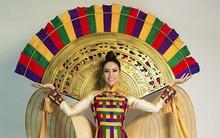 Nguyễn Thị Loan rạng rỡ trong trang phục truyền thống tại Hoa hậu Hoàn vũ 2017