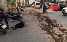 Hà Nội: Bùn đất từ xe tải rơi vãi đầy đường khiến nhiều người trượt ngã