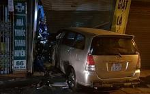 Hà Nội: Mặc cho nhiều người dân thi nhau hô hoán, nam tài xế vẫn lái ô tô đâm thẳng vào nhà hàng xóm