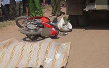 Hòa Bình: Đâm trúng người phụ nữ đi bộ gánh cỏ sau đó ngã văng xuống đường, cô gái bị xe tải cán tử vong