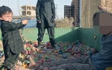 Rùng mình khoảnh khắc đứa trẻ vài tuổi dùng súng hạ sát một tù nhân IS