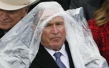 """Cựu Tổng thống George W. Bush """"nghịch ngợm"""" với mảnh áo mưa ngay trên hàng ghế VIP trong buổi lễ nhậm chức"""