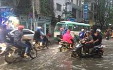 Dù trời mưa nhỏ nhưng nhiều tuyến đường ở trung tâm Sài Gòn vẫn ngập như sông