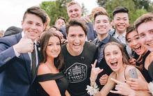 Đang chạy bộ, Thủ tướng điển trai của Canada bị kéo vào chụp ảnh cùng dàn trai xinh gái đẹp