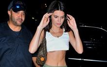 Hở bạo không kém Kim, Kendall Jenner diện áo siêu ngắn khoe chân ngực sexy trên phố