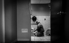Bức ảnh nữ y tá chăm sóc tận tình thai phụ mới sinh trong toilet gây bão mạng xã hội