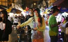 Chùm ảnh: Mưa lớn đêm trung thu, người Sài Gòn và du khách nước ngoài mặc áo mưa dạo phố lồng đèn