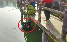 Người đàn ông nặng hơn 1 tạ ngã xuống hồ, cha già ngâm mình dưới nước đỡ con suốt 20 phút