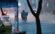 Chùm ảnh: Mưa xối xả chiều mùng 6 Tết, nhiều tuyến đường ở Sài Gòn bị ngập