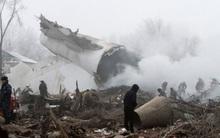 Mảnh vỡ máy bay la liệt trên nóc nhà dân sau vụ tai nạn tại Kyrgyzstan