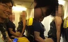 Cặp đôi khiến hành khách trên máy bay phát ngại vì nô đùa, tình tứ thái quá như chỗ không người