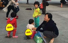 Hình ảnh buồn ngày cuối năm: Mẹ hồn nhiên cho 2 con đi tè ngay tại đường băng sân bay