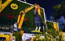 """Mô hình con gà trống trước nhà hàng nổi tiếng ở Sài Gòn bị """"gắp"""" về trụ sở vì lấn chiếm vỉa hè"""