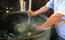 Hàng nghìn vịt đực bị trụng nước sôi, nghiền nát rồi đem làm thức ăn cho rắn