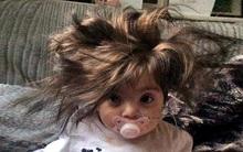 Bé gái đáng yêu bị tưởng nhầm là búp bê vì có mái tóc dày như đồ giả