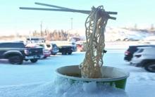 Gió mùa đông bắc của mình đã là gì, ở Canada bát mì tôm còn đóng băng cơ