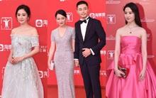 Thảm đỏ LHP Thượng Hải: Hoắc Kiến Hoa nắm chặt tay Châu Tấn, Dương Mịch đọ sắc với Lưu Diệc Phi