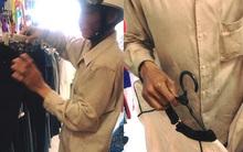 Hình ảnh xúc động những ngày cuối năm: Người cha lam lũ mua đồ diện Tết cho con