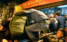 Chùm ảnh: Cảnh trèo rào, hỗn loạn sau lễ khai ấn đền Trần