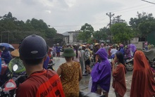 Hàng trăm người đội mưa vây kín trụ sở công an yêu cầu xử lý người phụ nữ nghi bắt cóc trẻ em