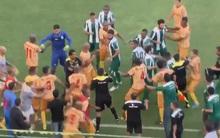 Brazil: Cầu thủ ẩu đả, CĐV leo rào khi bị xịt hơi cay