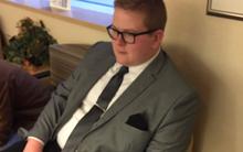 Chàng trai mặc vest, thắt cà vạt đến gặp cháu gái mới chào đời vì lý do dễ thương không tưởng