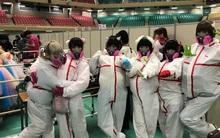 """Nhóm nhạc thần tượng Nhật Bản mặc style """"phun thuốc trừ sâu"""" đến giao lưu với fan"""