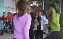 Clip: 2 nhóm nữ sinh cầm gậy đấm đá nhau túi bụi trước cổng trường