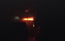 Hà Nội: Đang cháy lớn trong đêm tại Chùa Láng, cả gian phòng chìm trong biển lửa