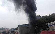Hà Nội: Đang cháy lớn trên đường Đê La Thành cột khói đen bốc cao hàng chục mét