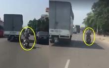 Người phụ nữ đi xe máy chạy song song xe tải hơn 10km chỉ để tránh nắng