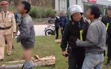 Người đàn ông say rượu chửi bới công an, tụt quần ăn vạ sau khi gây tai nạn