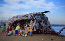 """""""Cá voi khổng lồ"""" nằm chết bên bãi biển, ai cũng sốc khi phát hiện ra thứ bên trong miệng nó"""