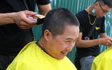 Tiệm cắt tóc miễn phí cho người lao động nghèo và sinh viên trên vỉa hè Hà Nội