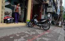 Hà Nội: Vạch kẻ phân cách vỉa hè dành cho người đi bộ chỉ rộng 30cm đã bị xóa bỏ
