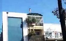 Thanh niên trần truồng nghi ngáo đá leo lên nóc nhà vứt quần áo xuống đường