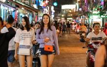 """Du khách thích thú, người dân mong muốn hết """"ô nhiễm tiếng ồn"""" khi Bùi Viện thành phố đi bộ thứ 2 ở Sài Gòn"""