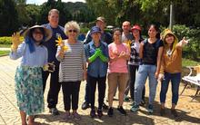 Hình ảnh đẹp: Khách nước ngoài và bạn trẻ Đà Lạt cùng thu dọn rác thải ở công viên hậu nghỉ lễ 2/9