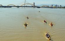 Hàng nghìn người Đà Nẵng đội nắng đổ ra sông Hàn xem đua thuyền ngày 2/9