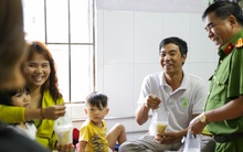 Hình ảnh ấm áp: Công an thức khuya dậy sớm nấu cháo phát miễn phí cho bệnh nhân nghèo ở Sài Gòn