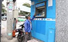Nhiều cây ATM ở Sài Gòn trở nên quá cao vì bậc thềm lấn chiếm vỉa hè đã bị đập bỏ