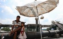 Chùm ảnh: Người dân lao động ở Sài Gòn vật lộn dưới nắng nóng oi bức để mưu sinh