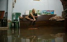 """Cụ bà 83 tuổi bị """"cô lập"""", ngồi co ro trên ghế vì nhà ngập nặng sau cơn mưa lớn ở Sài Gòn"""