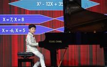 Cậu bé 9 tuổi gây ngạc nhiên khi vừa chơi piano vừa giải toán lớp 10!