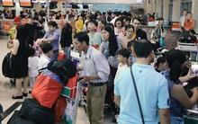 Chùm ảnh: Cận Tết, biển người vật vã hàng tiếng đồng hồ chờ check in ở sân bay Tân Sơn Nhất