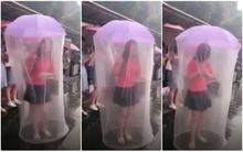 Người phụ nữ trở thành tâm điểm trên đường phố nhờ chiếc ô kỳ dị