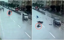 Video: Bị ô tô đâm trúng, 2 người đi xe máy điện bị hất tung lên trời, văng xa vài chục mét
