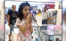 """Cô bé được ví như """"tiểu Adele"""" khi... hát thử micro trong trung tâm thương mại"""